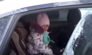 Спасатели вытащили трехлетнюю девочку из запертого автомобиля