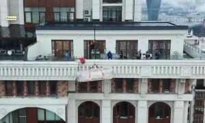 Триумф дивана: альпинисты мастерски сработали в Москве