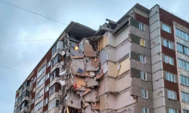 Момент обрушения жилого дома вИжевске попал навидео