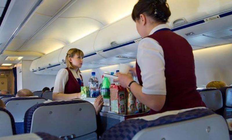 Стюардессы раскрыли секрет: какие два блюда можно есть в полете