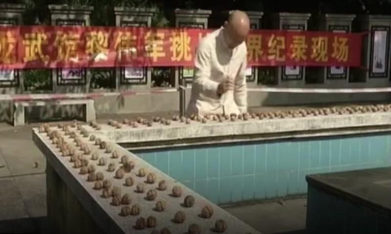 Одной правой: гуру кунг-фу из Китая за минуту расколол 302 ореха