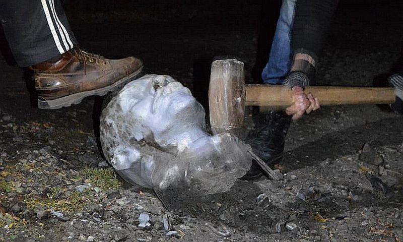 В Кривом Роге кувалдой разнесли на куски голову статуи Ленина