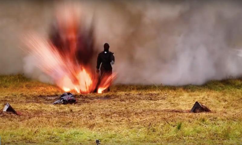 Девушка-испытатель протестировала наряд «Ратник» огнем ивзрывами