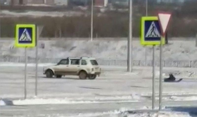В Новокузнецке мужчина прокатил дочку на санках, привязанных к
