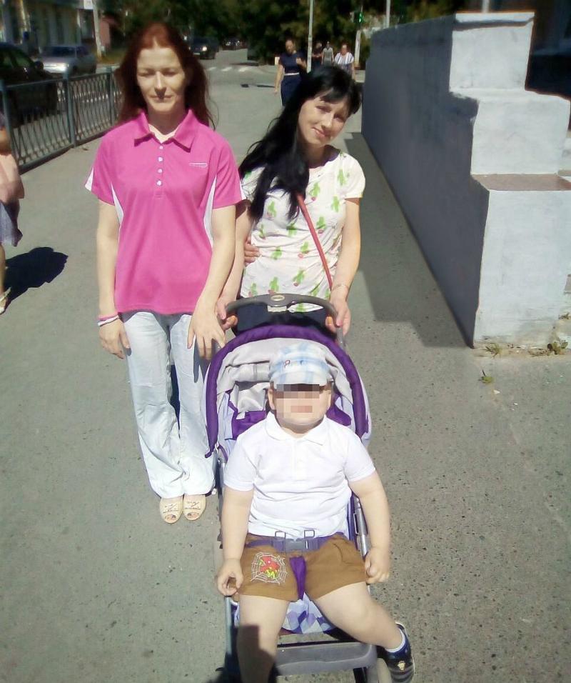 Няня (слева) и её работодательница с сыном