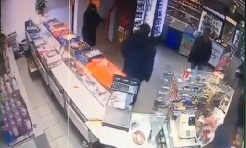 Сын депутата партии Ляшко ограбил магазин и попал на видео