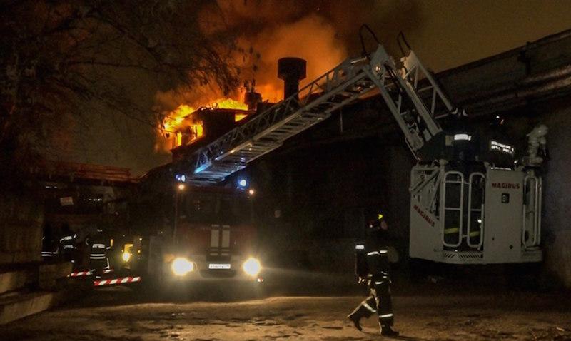 Пять элитных автомобилей Mercedes сгорели в Москве за ночь