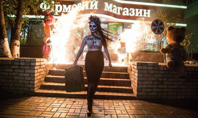 Обнаженная девушка сожгла медведей возле магазина Порошенко в Киеве