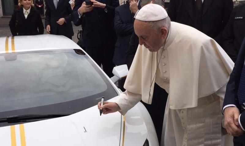 Папе Римскому дали в дар суперкар Lamborghini Huracan