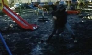 Папа с трудом вытащил застрявшего в грязи на детской площадке мальчика