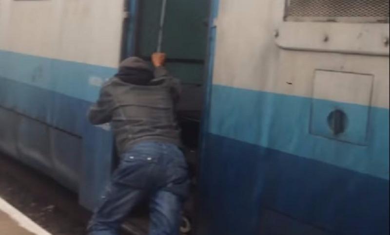 В Закарпатье машинист заставил пассажиров толкать поезд