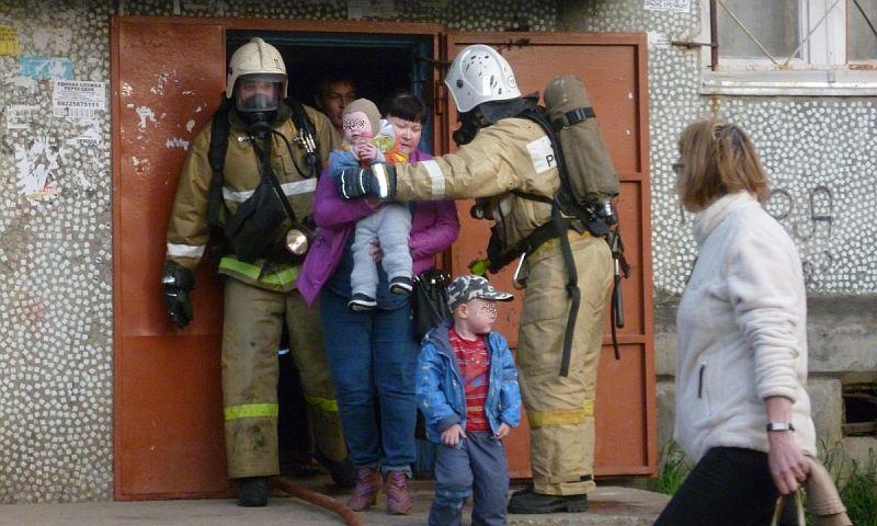 Девять человек спасены пожарными из горящей квартиры в Москве
