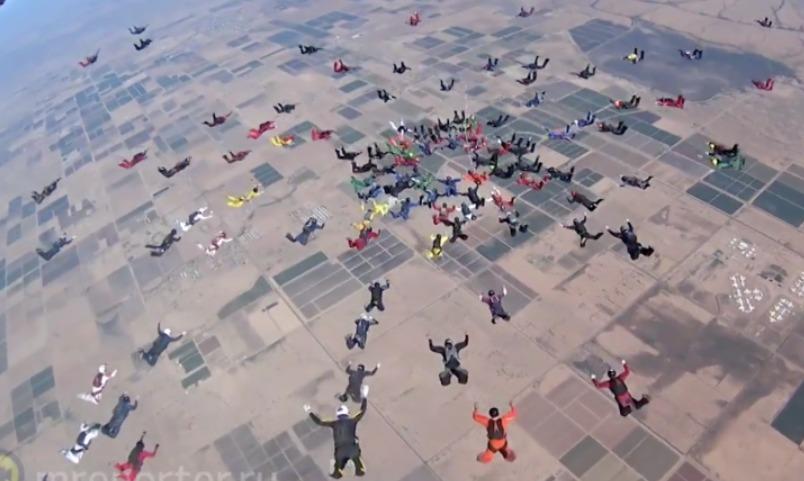 Невероятный по красоте прыжок показали сотни парашютистов в небе