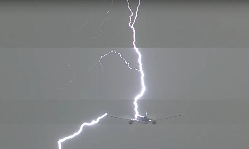 Boeing авиакомпании KLM над Амстердамом атаковала молния
