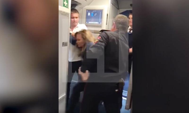Нетрезвая женщина устроила дебош в прилетевшем в Сочи лайнере