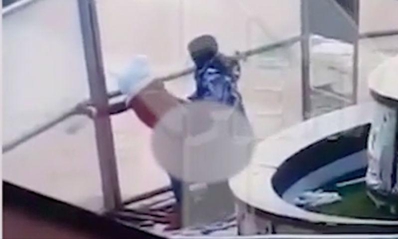 Жарким сексом на морозе занималась страстная парочка на глазах пассажиров в Домодедово