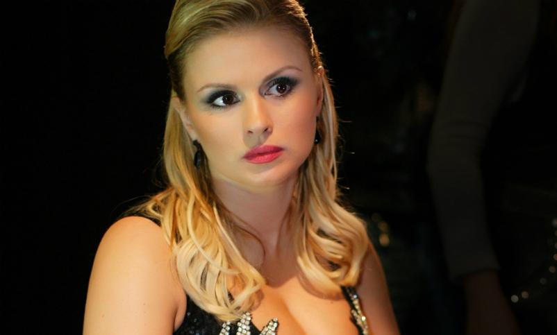 «Третий подбородок, огромное пузо»: Анна Семенович пришла в ярость из-за фото папарацци