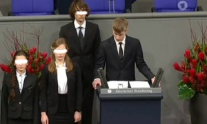 Он не один: вместе с Колей Десятниченко перед Бундестагом «каялись» еще две школьницы