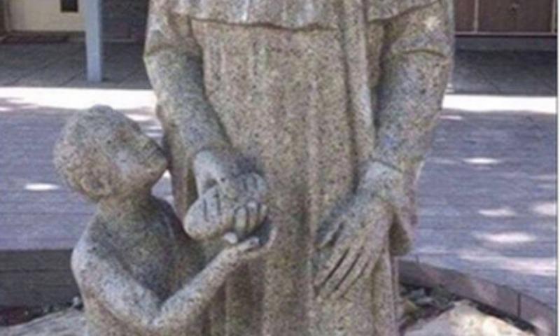 Неприличная статуя священника с мальчиком вызвала скандал