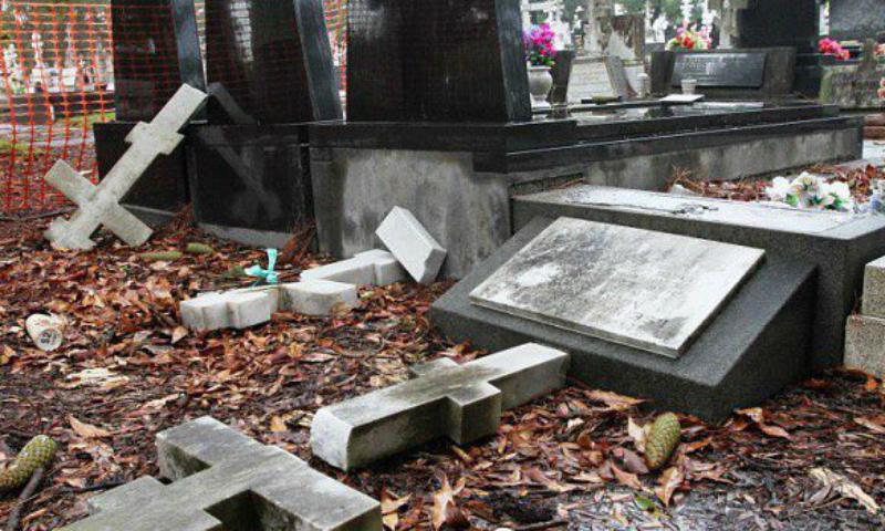 Вандалы надругались над могилами на Казанском кладбище в Петербурге