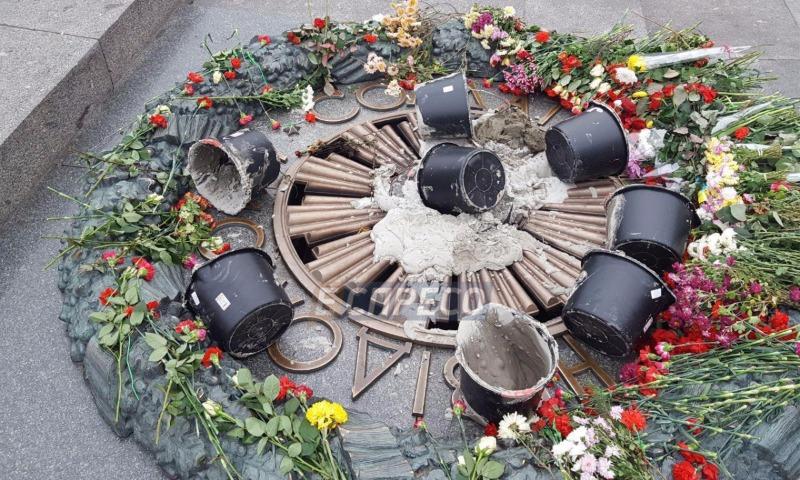 Вандалы залили цементом Вечный огонь в Киеве