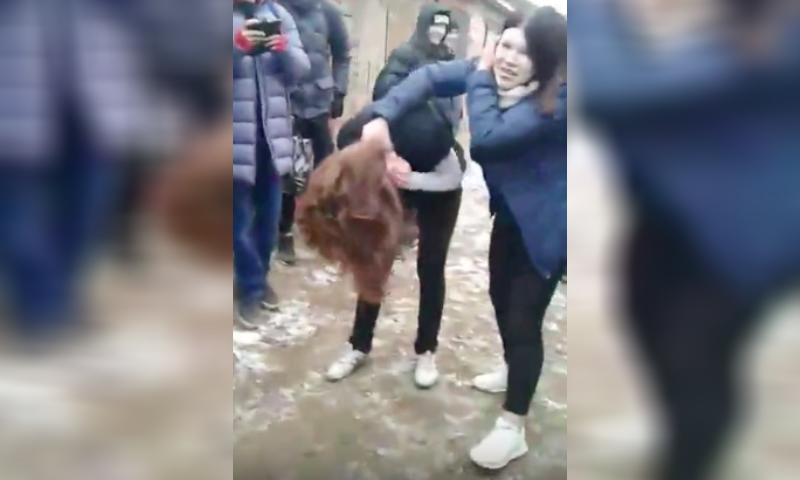 Школьницу жестоко избили и поставили на колени в Удмуртии