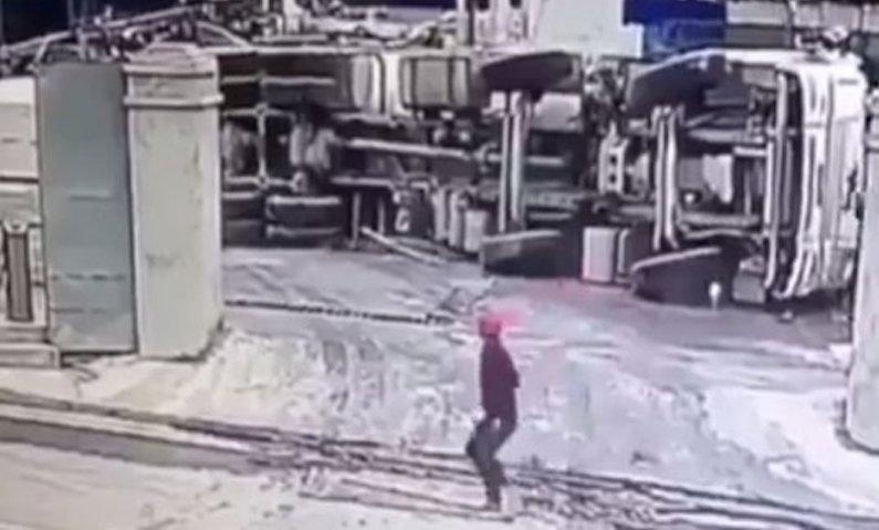 Бетономешалка рухнула с высоты 67 метров в Китае
