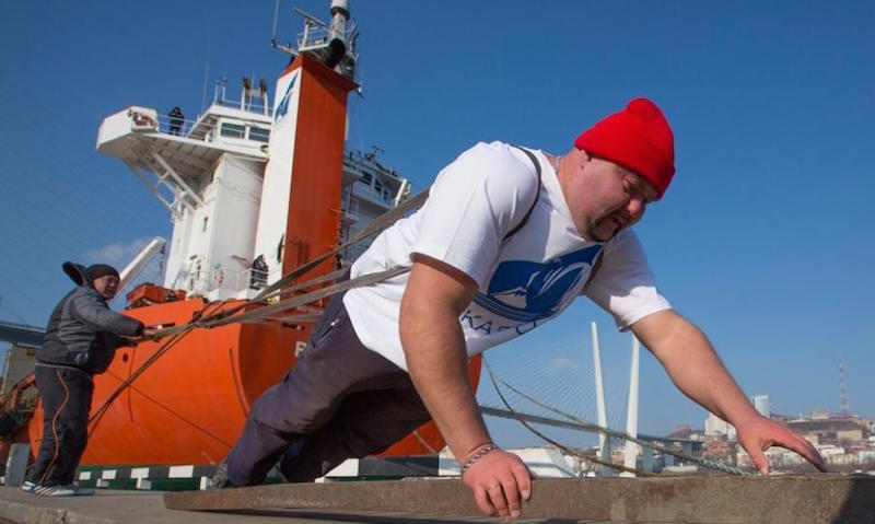 Пауэрлифтер сдвинул на полметра судно весом более 7 тысяч тонн