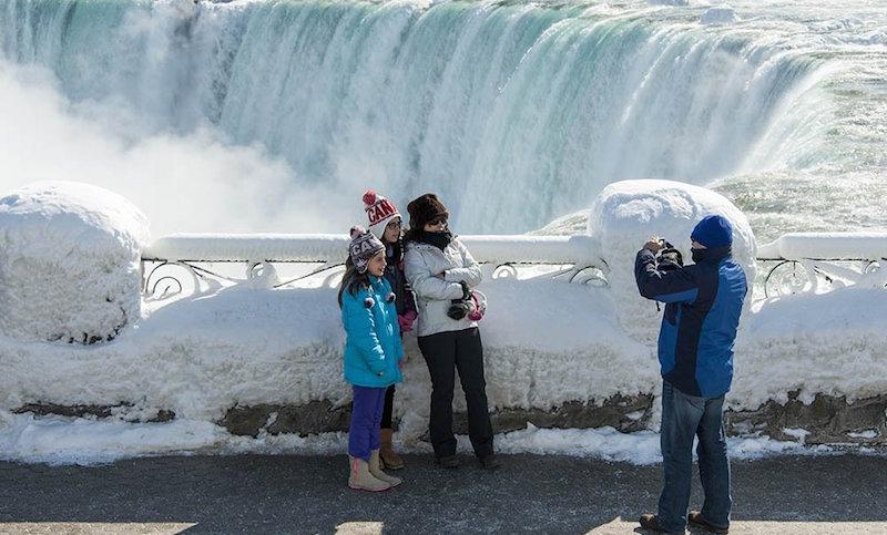 Ниагара замерзла! Туристы массово съезжаются к знаменитому водопаду