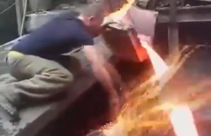 Челябинский сталевар рассек рукой струю расплавленного металла