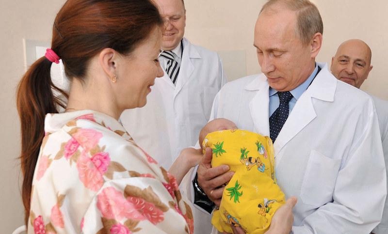 Ежемесячные 10,5 тысяч рублей на первенца утвердил Путин
