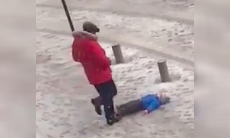 Бьющего в живот малыша мужчину сняли на видео в Бишкеке