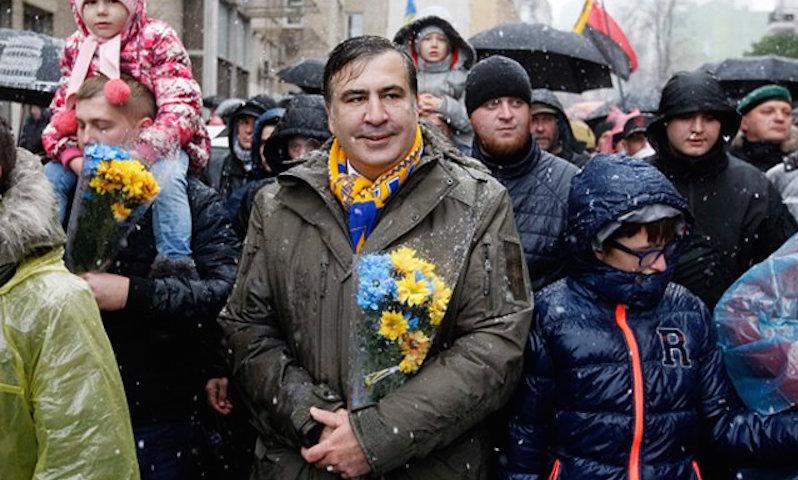 Саакашвили устроил песнопения против Порошенко в Киеве