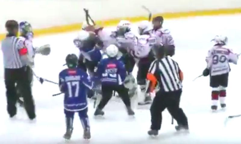 Видео детского побоища на хоккейном матче в Тюмени опубликовано в Сети