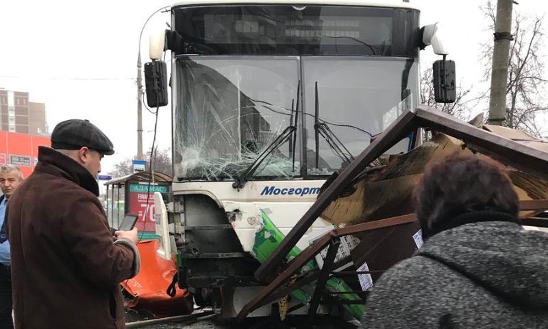 Опубликовано видео с места наезда автобуса на остановку на северо-западе Москвы