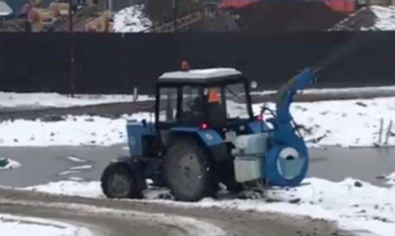 В Балашихе к приезду Путина трактор распылял