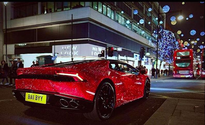 Помешана на блестящем: «русская мажорка» украсила свой Lamborghini стразами