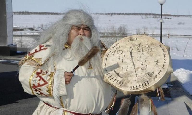 Челябинский Дед Мороз вызвал запоздавший снег шаманским бубном с Ямала