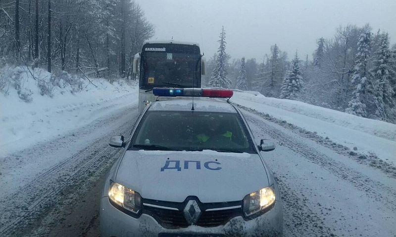 Челябинские полицейские спасли из снежного плена автобусы с детьми