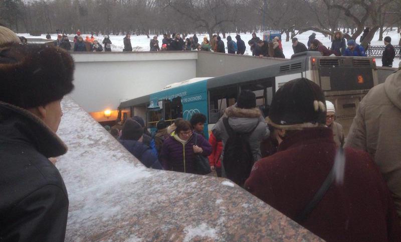 Автобус влетел в подземный переход в Москве, есть жертвы
