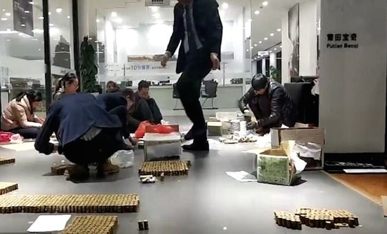 Китаец сделал первый взнос за BMW десятью ящиками монет