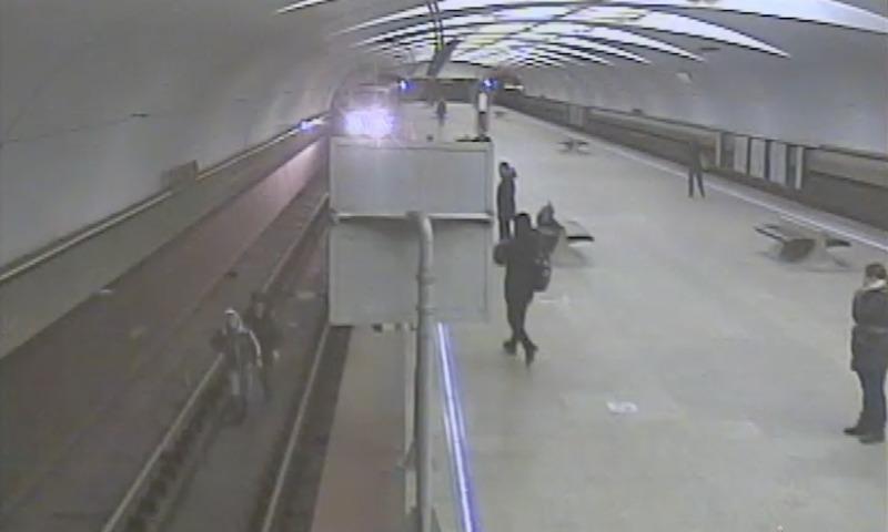 Полицейский успел вытащить мужчину из-под колес поезда метро в Москве