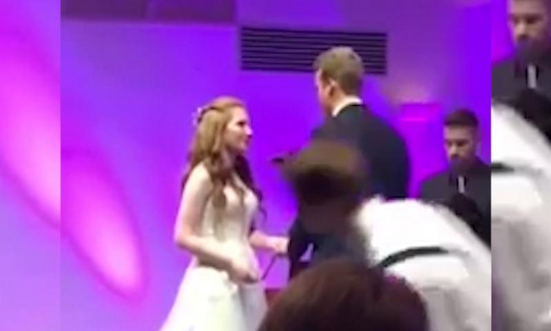 Лицом в пол: уставший американец рухнул во время свадебной церемонии