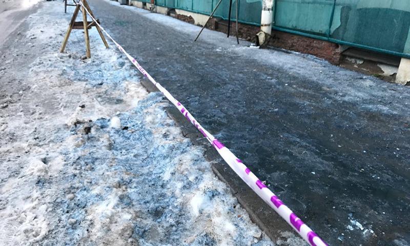 Сине-фиолетовый снег выпал в Санкт-Петербурге