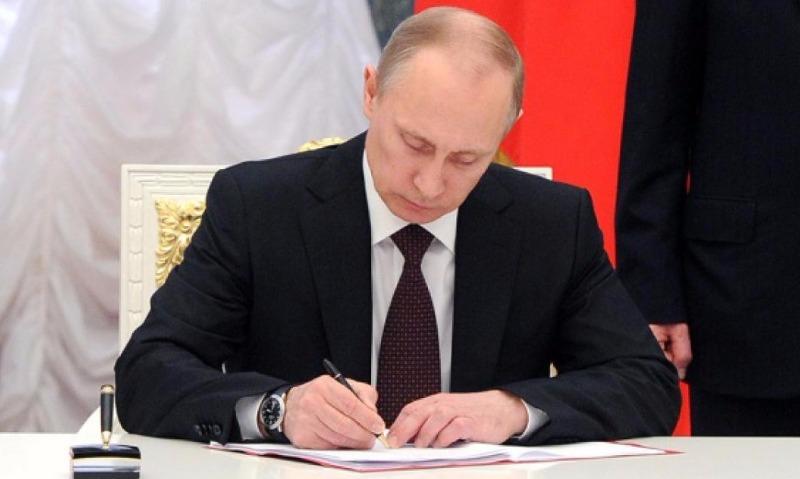 Путин повысил зарплаты госслужащим впервые за четыре года