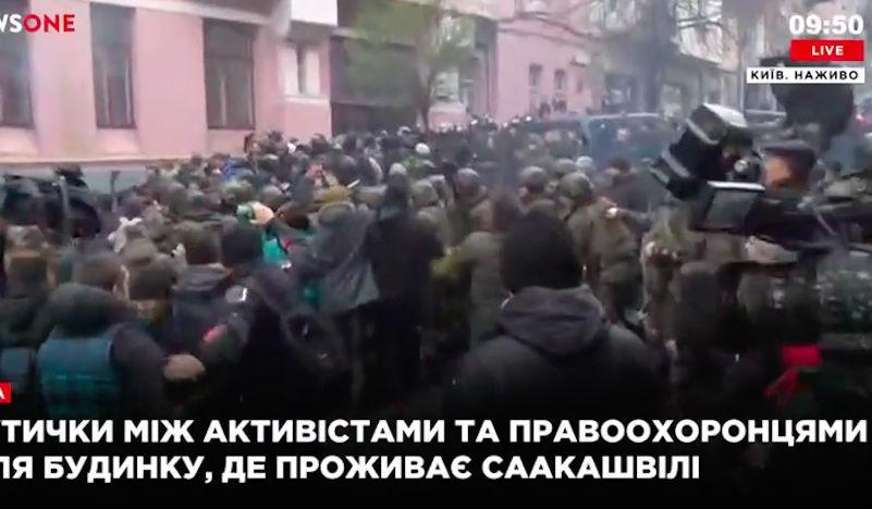 Возле дома Саакашвили его сторонники устроили драку с сотрудниками спецслужб