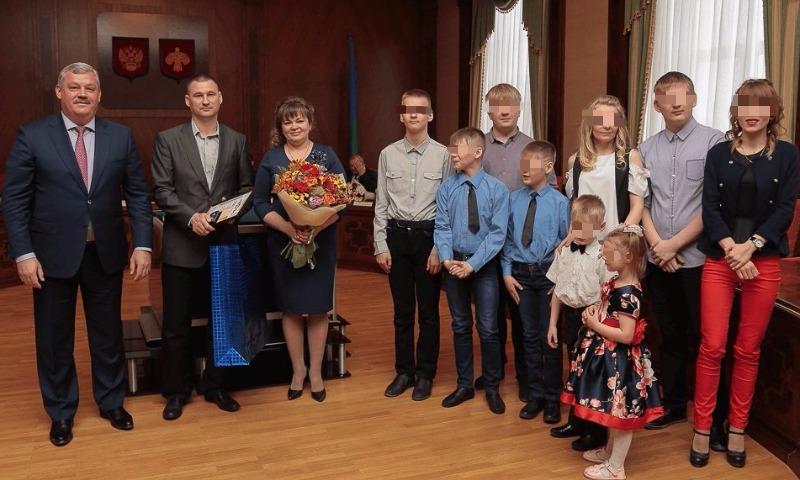 С барского плеча: лауреатов конкурса «Семья года» в России власти наградили термосом
