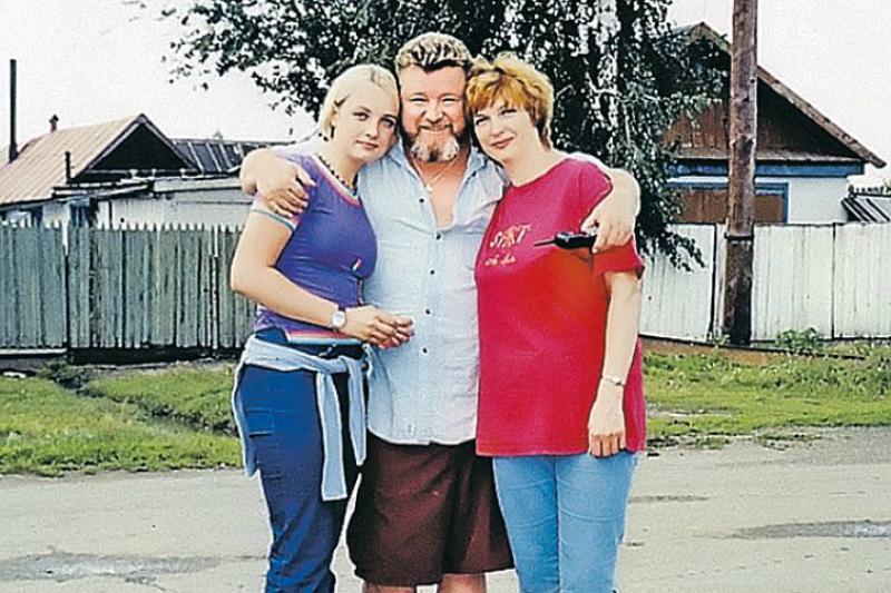 С законной женой и дочерью