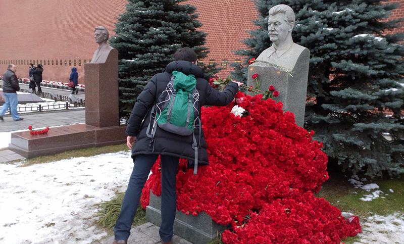 Могилу Сталина завалили цветами в его день рождения