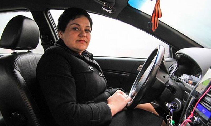 Ростовская таксистка вернула пассажирам забытый пакет с 4 000 000 рублей